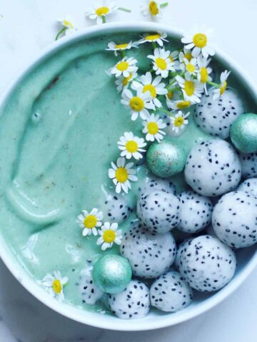 Healthy Spirulina Mint Chocolate chip Smoothie Bowl
