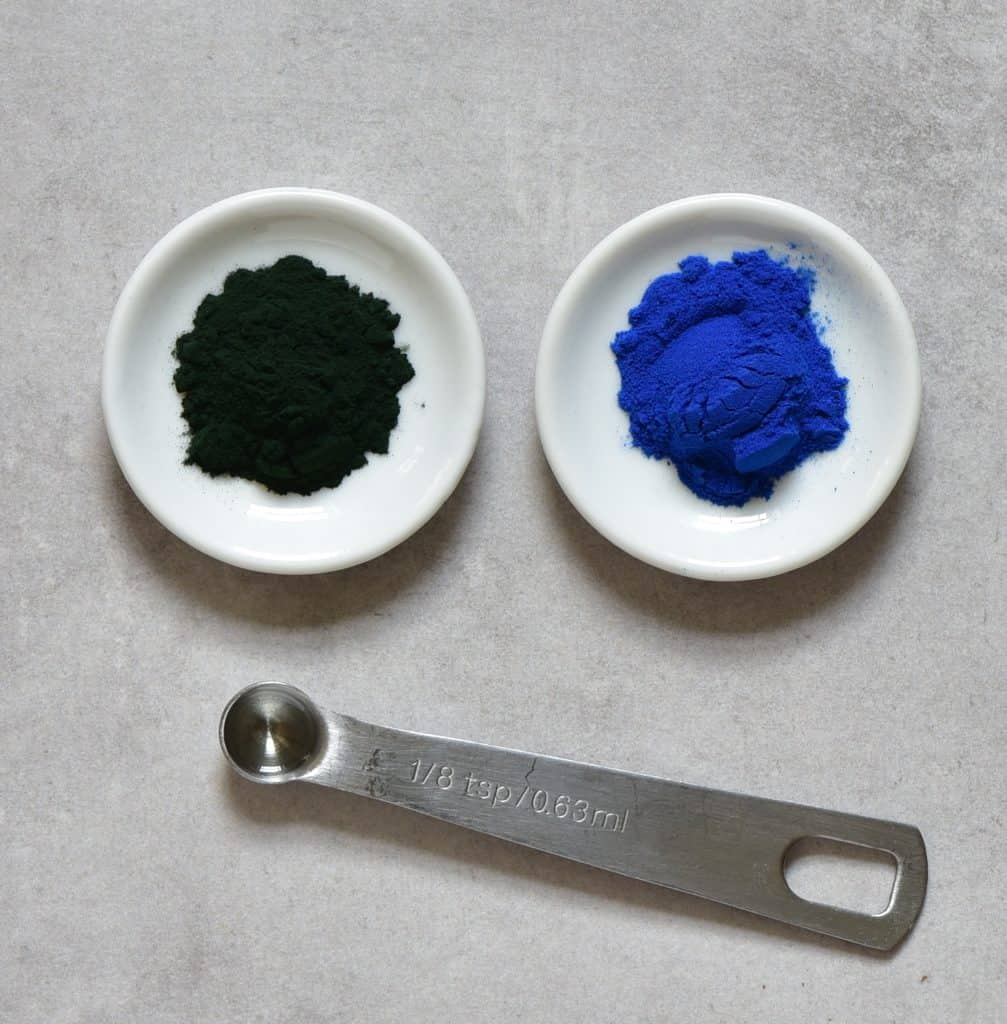 spirulina and mint in small dishes