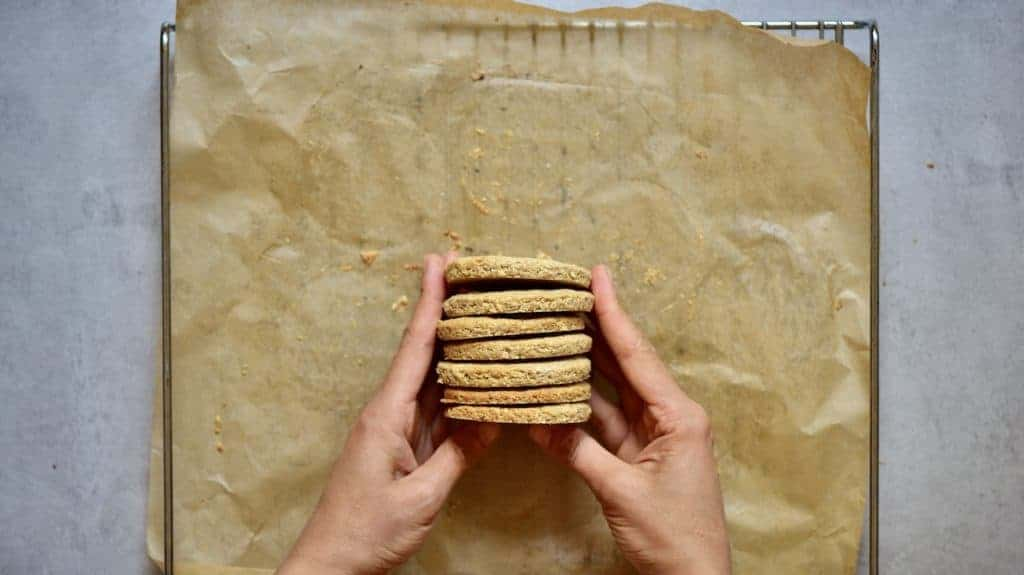 healthier digestive biscuit recipe. delicious oat cookies for a healthy snack with reduced sugar. A super easy cookie recipe