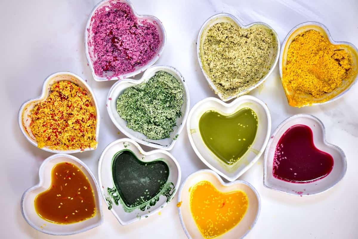 using 100% natural homemade dyes as all-natural food colouring for sesame seeds