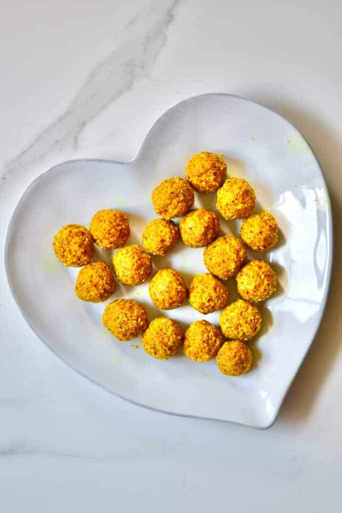 These Turmeric no-bake energy balls are a wonderfully nutritious, delicious snack providing healthy fats, nutrition and a handful of health benefits. A simple turmeric energy balls recipe, great for meal-prepping.