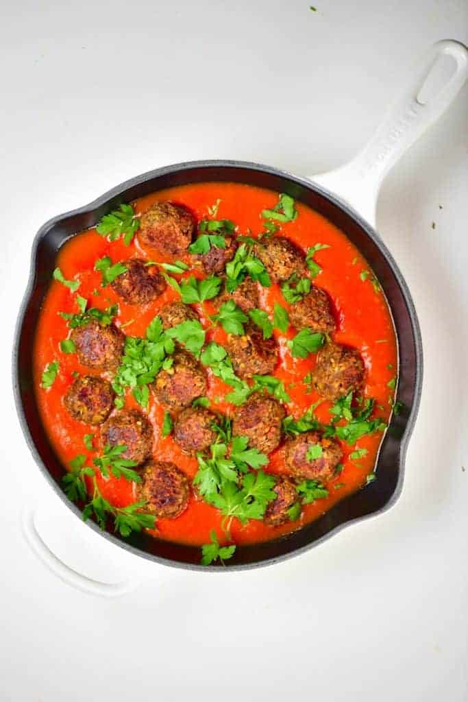 Pan with lentil meatballs with tomato sauce