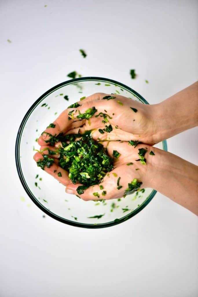 Removing the liquid from spinach