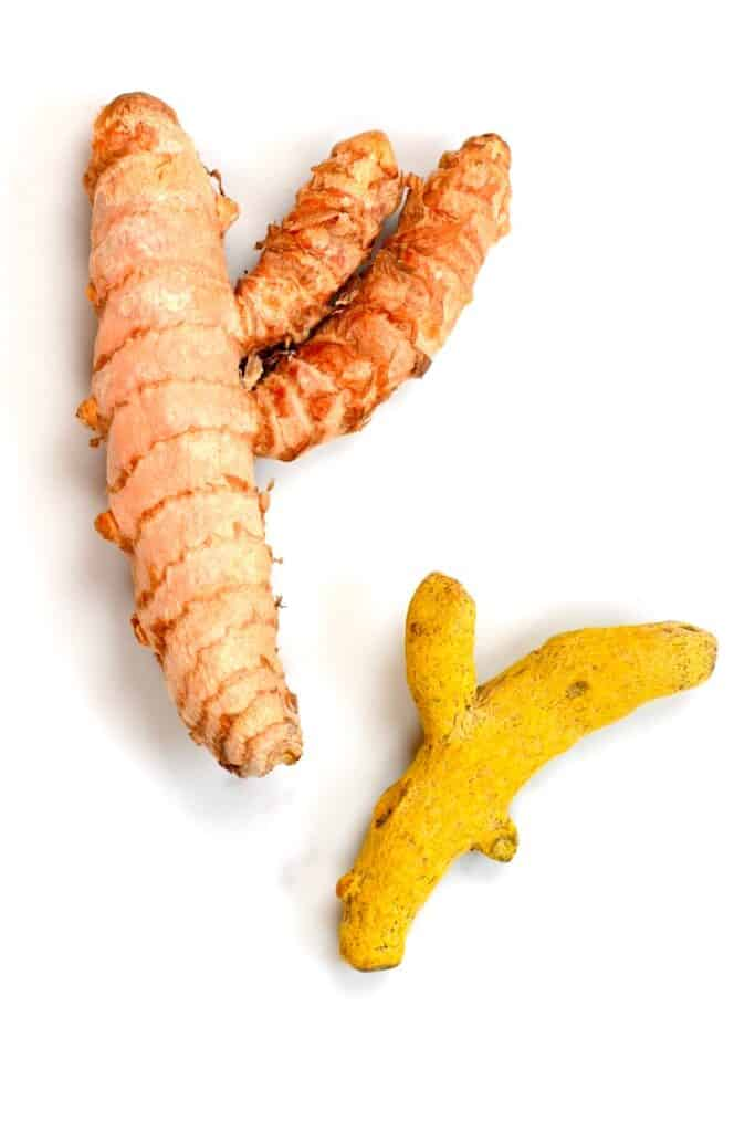 fresh and dry turmeric roots