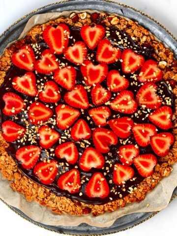 strawberry granola pizza
