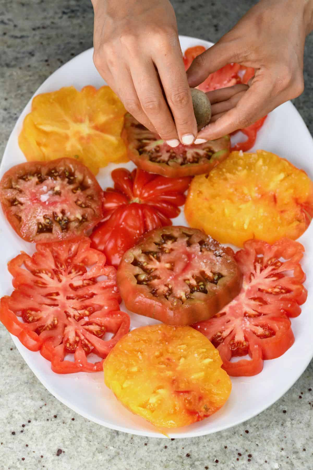 Salting sliced tomatoes