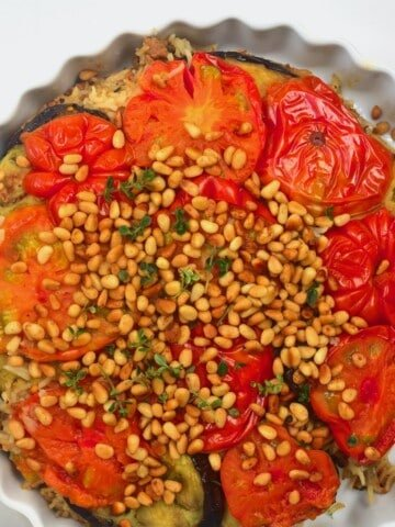 Maqluba served in a round dish